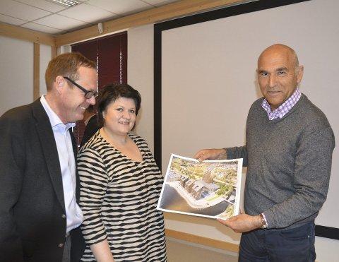 Entusiaster: Både rådmann Jørn Strand og ordfører Anita Ihle Steen tok imot Buchardts presentasjon med entusiasme.