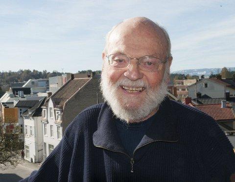 I SENTRUM: Arnfinn Sæther på verandaen i sin leilighet i sentrum - et husvære han selv var med og utformet.