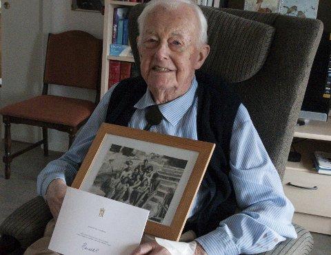 Peter Tandberg fylte 100 år i februar, nyoperert for grå stær, med hilsen fra Kongen og med bånd til et gammelt familiebilde med foreldre og søsken.