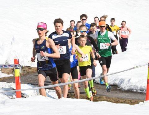 Full fart mellom snøhaugen i vårens første terrengløp.