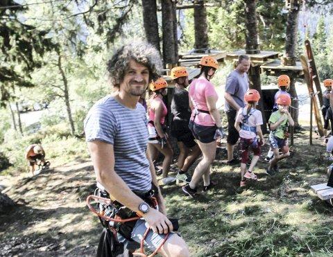 SPENT: Aleksander Gamme røper detaljer om den nye klatreløypa. Neste sommer kan du ta med familien og lære om historien til Hydro gjennom lek og moro.