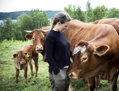 Vil ikke bli for store: God dyrevelferd er viktige for de framtidige driverne av Sandsnes gård. – Det betyr at vi ikke ønsker å bli for store, vi vil ikke ha flere dyr enn at vi har god kontakt med dem, sier Silje Øverli. ALLE FOTO: ELISABETH JOHNSEN