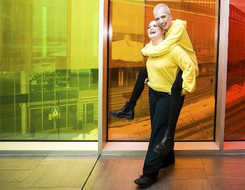IKKE REDD FOR Å SYNES: Charlotte Skogrand Bø og Jonas Star Odden fra Jessheim følges av mange på sosiale medier. Målet er å kunne leve 100 prosent av eksponeringen i løpet av året. foto: Lisbeth Lund Andresen