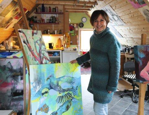 Fargeglad: Vanja Madsen har atelier over garasjen hjemme i Simenstadgata. Til høsten er hun kursveileder i Spania for tredje gang. Foto: Lena Malnes