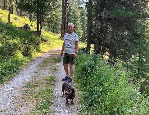 FØLGER SAKEN TETT: Terje Skalleberg er hundeansvarlig i Sandefjord Jeger- og fiskeforbund. Han håper at årsaken til at hunder har dødd av ukjent sykdom avsløres før elgjakta starter.