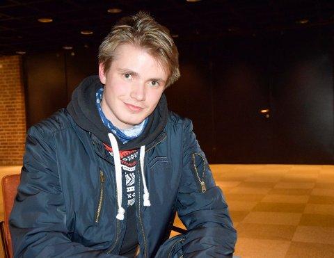 UNG TALLKNUSER: Andreas Notøy (17) liker å bryne seg på tall og matematikkoppgaver på fritiden. Etter videregående har han planer om å studere noe innen realfag.