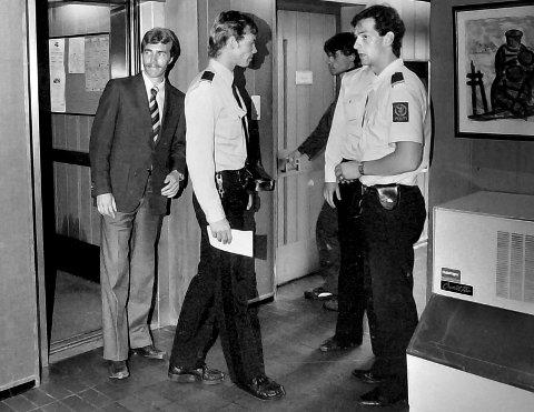 RETTSSAK: Her er bankraner Martin Pedersen på vei inn til hovedforhandling i Eidsivating lagmannsrett i sjette etasje på Hotell Saga i Sarpsborg i juni 1982.