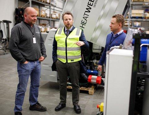 STATSRÅDBESØK: Næringsminister Torbjørn Røe Isaksen (i gul vest) lot seg begeistre over det han så på besøk i Indre Østfold.