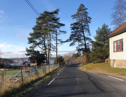 UHELL: Det var mellom lekeplassen og kretslokalet i Løkkevikveien i Løkkevika ulykken skjedde mandag kveld.