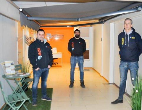 SHOWROOM: Bølgen Solskjerming har eget showroom i tillegg til å være aktive på internett og i sosiale medier. Fra venstre: Slavko Prijik, selger, Fredrik Urbanski, eier og daglig leder Anders Løkke.
