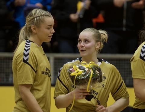 Kristiane Knutsen (t.h.) er tilbake for Sola. Bildet er fra sesongslutt i fjor da både hun og Line Ellertsen (t.v.) ble takket av klubben. Begge forlot Sola etter sist sesong.