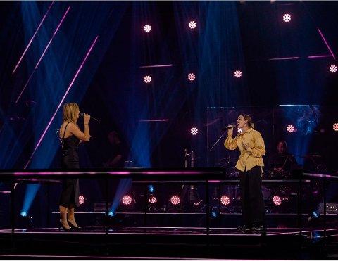 – SKUMMELT: På fredag kan du sjå Thea Sofie Vervik Barka (til høgre) duellera mot Elina Helmichsen i songkonkurransen The Voice.