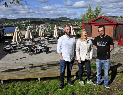 SKAL FYLLE PARKEN: André Kassen, kafédriver Lillian Gundersen og Sondre Stordalen inviterer til en ny parkjazzsesong på Skiens tak.foto: anne-lise surtevju