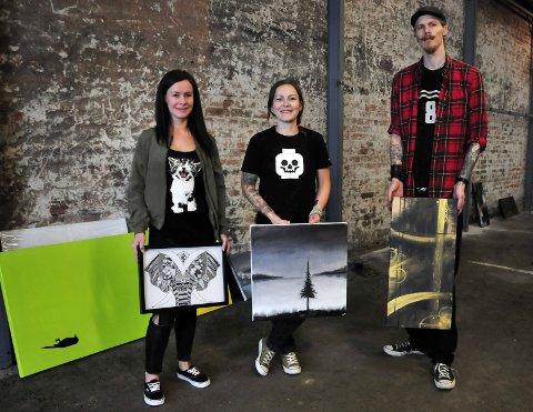 VARIERT: Zandra Persson, Christina Johansen og Tom Erik Nykås er tre av de fem utstillerne som har gjort hangaren om til utstillingslokale for en helg.FOTO: ANNE-LISE SURTEVJU