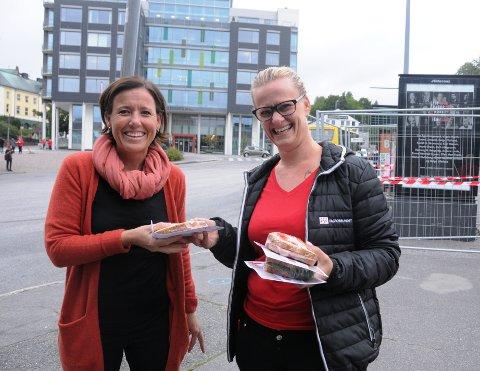 MØTTE VELGER: Fagforbundets Line Gundersen (til høyre) delte ut løpesedler og matpakker til forbipasserende på Landmannstorget i Skien torsdag morgen. Kari Riis Olesen tok i mot med godt humør.