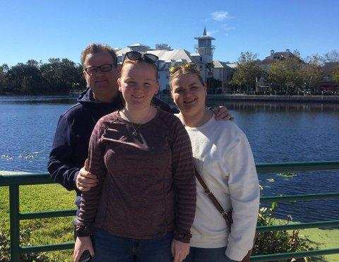 NY VRI: I mange år har familien Stangeby, her med pappa Gunnar og døtrene Maren Sofie og Emilie, tilbrakt somrene i Florida. Denne sommeren setter de kursen til fjells i Norge. Foto: Privat