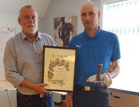 PRIS: Roar Sollid (til høyre) med Skogselskapets Ærespris, overrekt av styreleiar Terje Kolstad.