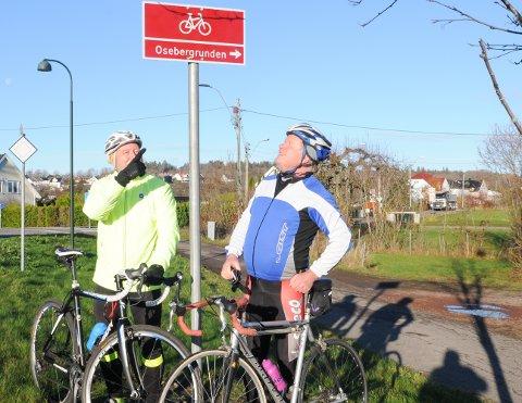 SE HER: Bjørn Erik Tuv (til venstre) og Stig Lundsør viser skiltet som er satt opp gjennom den 10,2 kilometer lange runden i Slagendalen og Rom.