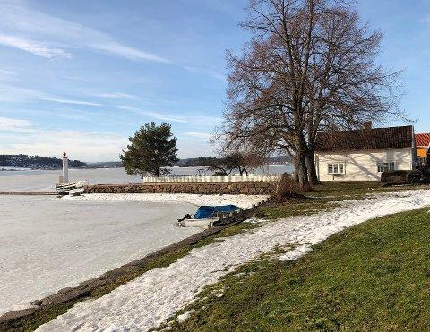 PERLE VED SJØEN: Nordbyen 14 ligger ved foten av Slottsfjellet, helt ned mot vannet, med sol til sola går ned, utsikt over fjorden og en bitteliten spasertur til brygga i Tønsberg.