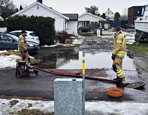 Her har brannvesenet fått pumpet vekk mesteparten av vannmassene. En ispropp fikk skylda for hendelsen onsdag ettermiddag.