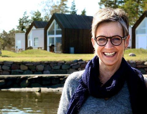BI-BESØK: Ina Wollert-Nielsen fikk uventet besøk i hagen. Bildet er tatt i en annen sammenheng på Furustrand Camping, der hun også har hatt behov å få kontakte birøktere.