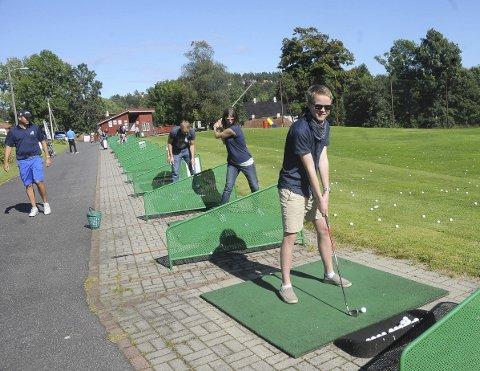 Unge Simen Pedersen Lindal fra Vegårshei var en av dem som prøvde seg på golfbanen da klubben arrangerte Åpen dag nylig. Her får de fikk instruksjon av Eirik Walle. Simen som blir 15 år i høst, forteller at han aldri har spilt golf før, men har lyst til å prøve denne sporten.  Foto: Øystein K. Darbo