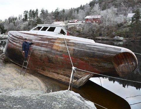 Fallen storhet: Da skuta ble fortøyd i Lagstrømmen for 13-14 år siden, var den nesten helt ny. Båten er et skikkelig stykke håndverksarbeid, som er bygget ved Kragerø Trebåtbyggeri. Foto: Olav Loftesnes