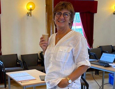 På dagens formannskapsmøte på Rådhuset holdt ordfører Marianne Landaas  en kort orientering om status på skolesalget i Lyngør. Bildet er tatt i en pause.