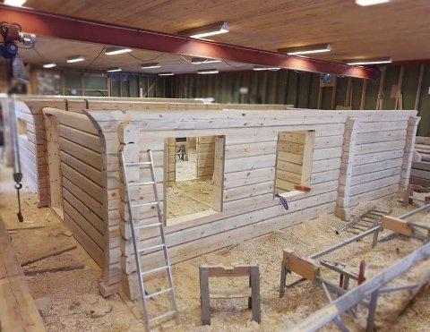 Hallen: Tovdal Handlaft har en egen hall de bruker når de bygger innendørs på den kalde årstiden. Lafteverkstedet i Tovdal er bygget i 1990, og  de har blant annet en traverskran som løfter ett tonn.  Foto: Tovdal Handlaft