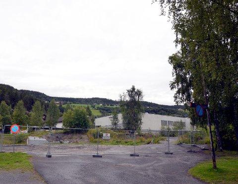 Veg til besvær: Vegen som går bak den tidligere brannstasjonen (høgre på bildet), svinger seg opp til det tidligere Elkjøp-bygget og Fagernes Kjøpesenter. Her strides Rema 1000 og Norgesgruppen.