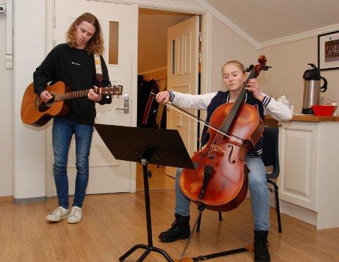 """""""Good Rhythms"""": Mikkel Moe Westgård og Marit Ingeborg Garvik sytte for ein fin start på møtet for dei folkevalde i Vestre Slidre."""