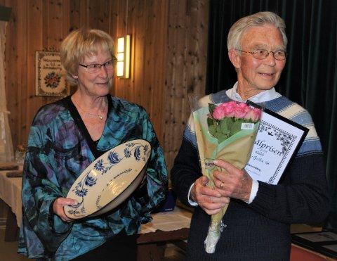 Prisvinnar: Ein stolt og samstundes audmjuk Olav Gullik Bø mottok søndag målprisen til Valdres Mållag, frå leiar Reidun Dølehuset.