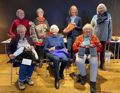 Basarkafédamene: Nokre av damene som plar vera med på basarkafeen med sjølvlaga gevinstar til årets basar i Vennelaget.