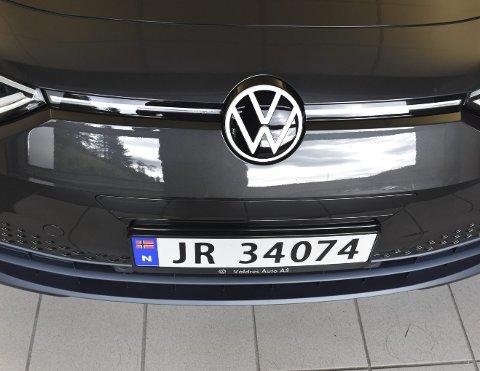 Elbil på JR-skilter: Så langt har det kanskje vært mest vanlig med kjennetegn som forteller at det er en elbil, den nye ID.3 til Bente og Geir Tore Bakkene har fått JR-skilter. – Da viser vi at vi har kjøpt bil lokalt, sier Bakkene.