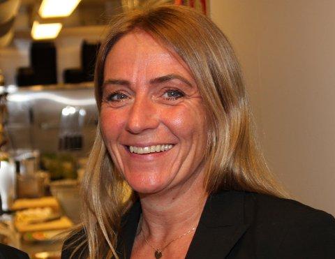 MORTENS KRO:Daglige leder Siw Hausmann kan glede seg over at veikroa ved fylkesvei 22 på Gjelleråsen igjen har åpnet dørene for gjester. Menyen blir annerledes, men det inviteres også i år til servering på 17. mai.