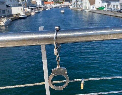 Et sett håndjern henger nå på gangbroen over Elva.