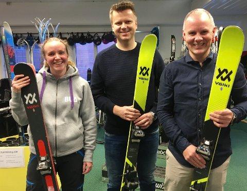 Ane Lusie Tellebon, frivillighetskoordinator i Bodø Røde Kors, Bjørnar Hegreberg og Thomas Eriksen i Bodø Skiklubb Alpinor, er fornøyde med avtalen som sikrer gratis utleie av skiutstyr i Skarmoen i vinter. Foto: Privat