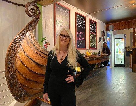 """Vikingskip: Lillian Molstad-Andresen har anskaffet seg et halvt """"vikingskip"""". Det sto i sin tid i Holmenkollen og brukes som anretningsbord."""