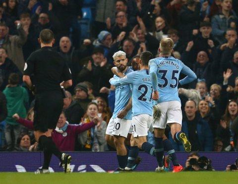 Manchester City og Sergio Agüero er nå ligaledere, og en meget viktig kamp venter lørdag mot Watford på hjemmebane. Her jubler argentineren etter å ha scoret mot West Ham United på Etihad stadium.  (AP Photo/Dave Thompson)