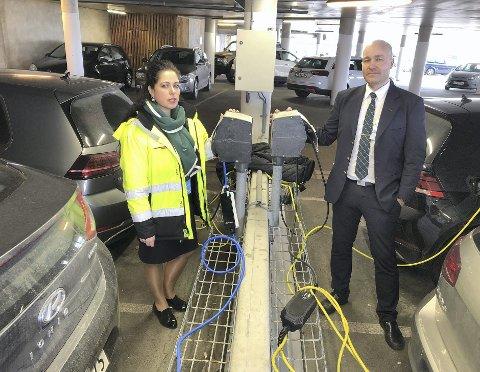 Florbela Mergulhao og Børge Lindbæk jobber ved Bergen lufthavn og er kritiske til at Avinor ikke har sørget for at ansatte kan lade bilen i de nye ladeområdene uten å måtte betale ekstra for parkering.