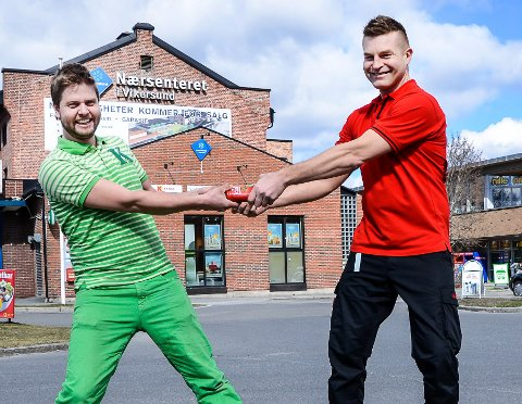 TOK FLEST KUNDER: Det er priskrig og konkurranse om kundene mellom Lennart Lindberg på Kiwi (t.v.) og Espen lund på Coop Extra. De to butikkene ligger vegg i vegg i Vikersund.
