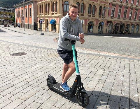 TILBUD OM HJELM: 17 år gamle Milan Reimen er glad for nye regler for elsparkesykler, men mener også hjelm burde vært en del av lånetilbudet.