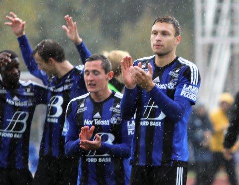 SISTE STIKK: Florø slo Viking på Florø stadion der stoppar Runar Hove var ein av gigantane, her takkar han og lagkameratane Stimen for hjelpa.