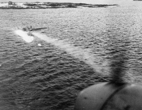 SKOTE NED: Eit tyst Heinkel He115 i flammar, fotografert av observatøren om bord i eit De Havilland Mosquito-fly frå den norske 333-skvadronen. Mosquitoen flaug inn på 200 meters avstand av Heinkelen, og senka det med skot frå kanonane. Heinkelen med eit mannskap på fem mann styrta i havet rett etterpå.