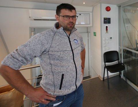BUR I STANDALEN: Øyvind Mjønerud bur med kone og tre born i Standalen. Dei ser fram til normal digital infrastruktur for å drive med skulearbeid og vaksenarbeid heimefrå.