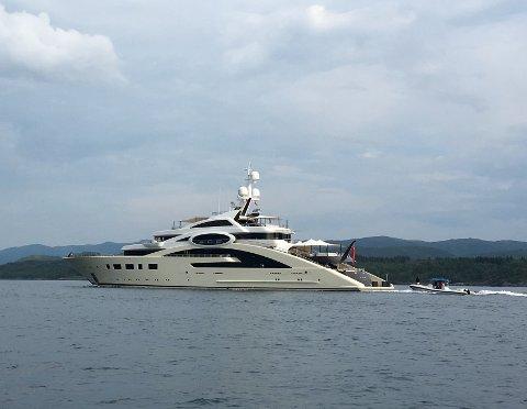GIGANTISK: Denne luksusyachten kunne ein sjå i Dalsfjorden måndag.