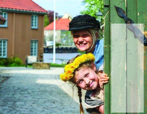HER BLIR DET MORO: Kari Graarud Wilhelmsen (øverst) og Martine Kjøniksen Wilhelmsen skal spille hovedrollene på Isegran i sommer. Foto: Thomas H. Arntsen