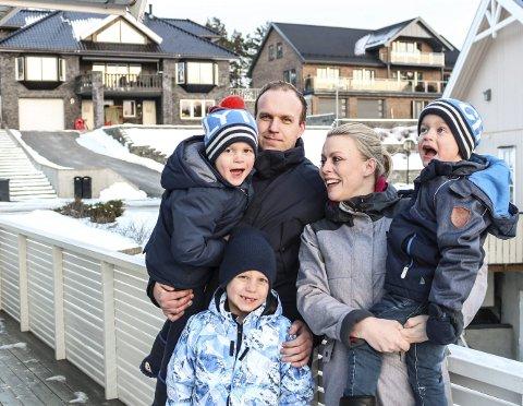 HJEMME: Gjermund Buer Raakil og Cathrine Madsen mener Bråten-feltet er et perfekt nabolag for barnefamilier. William (4) (på armen til pappa), Aksel (7) og Henrik (4) er enig.
