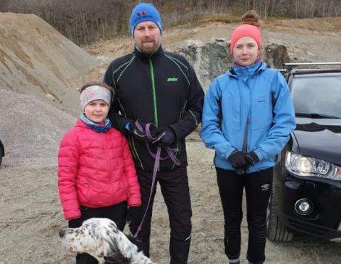 Sølve Pettersen og datteren Rikke (13) gikk Ålgård rundt på tolv timer skjærtorsdag sammen med hunden Luis. Yngstedatteren Hanna (9) fikk bli med opp til Fidjanuten.