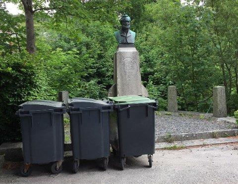 Slik er søppeldunkene ved Storahuset plassert. Kommunalsjef for kultur & samfunn, Årstein Skjæveland, sier at de skal bli flyttet.